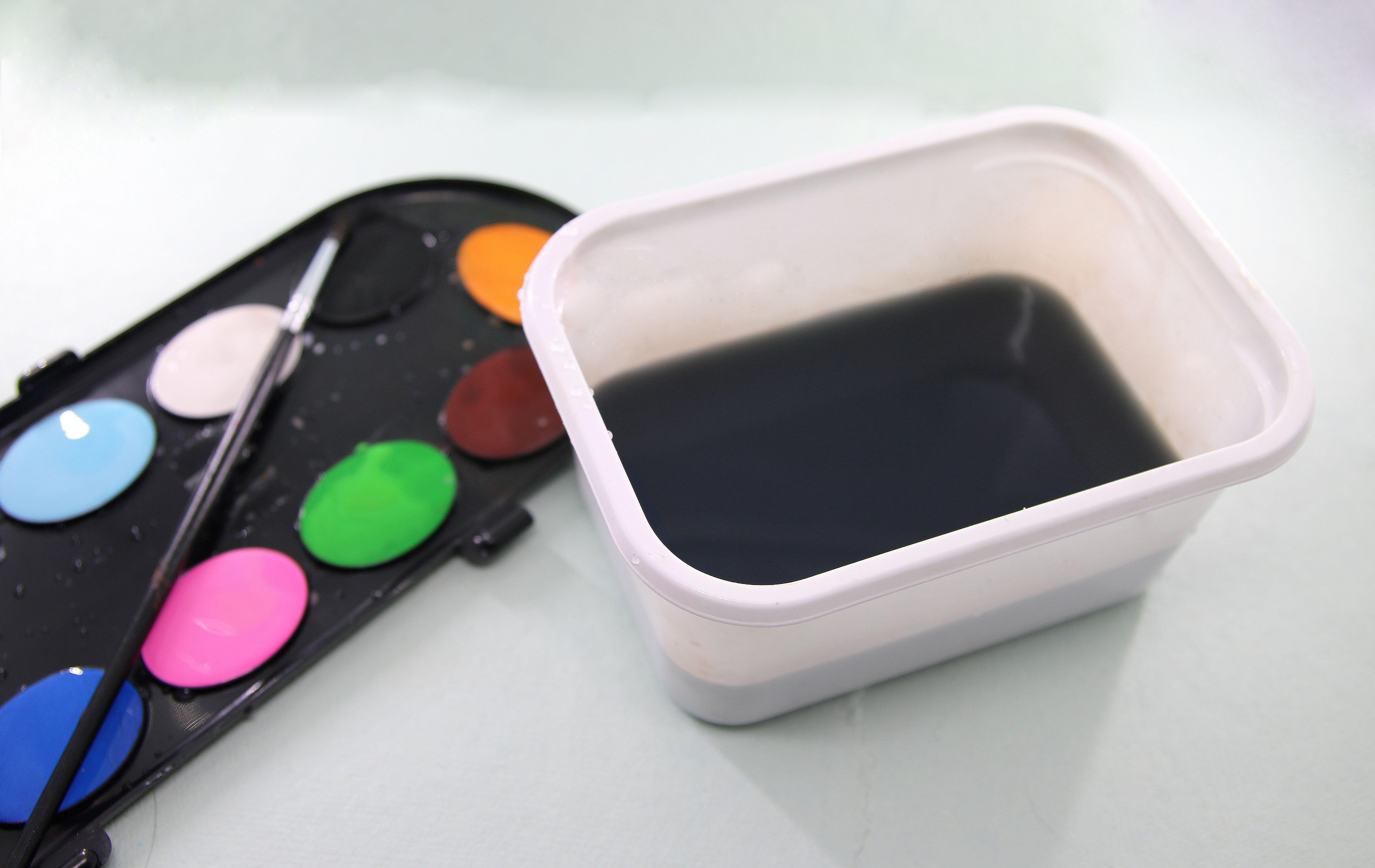 sett farge på gipsen med vannfarger