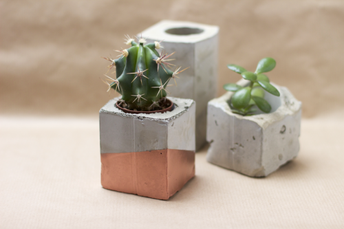 diy-spray-painted-concrete-planters-1-500x333